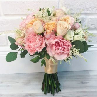 Букет невесты из роз и гвоздик «Ангел любви»