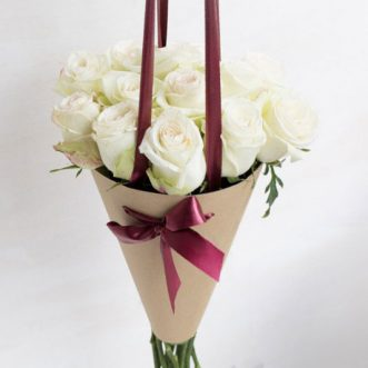 Белые розы в конусе «Луизиана»