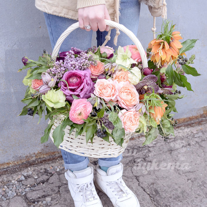 Корзина цветов из роз и ранункулюса