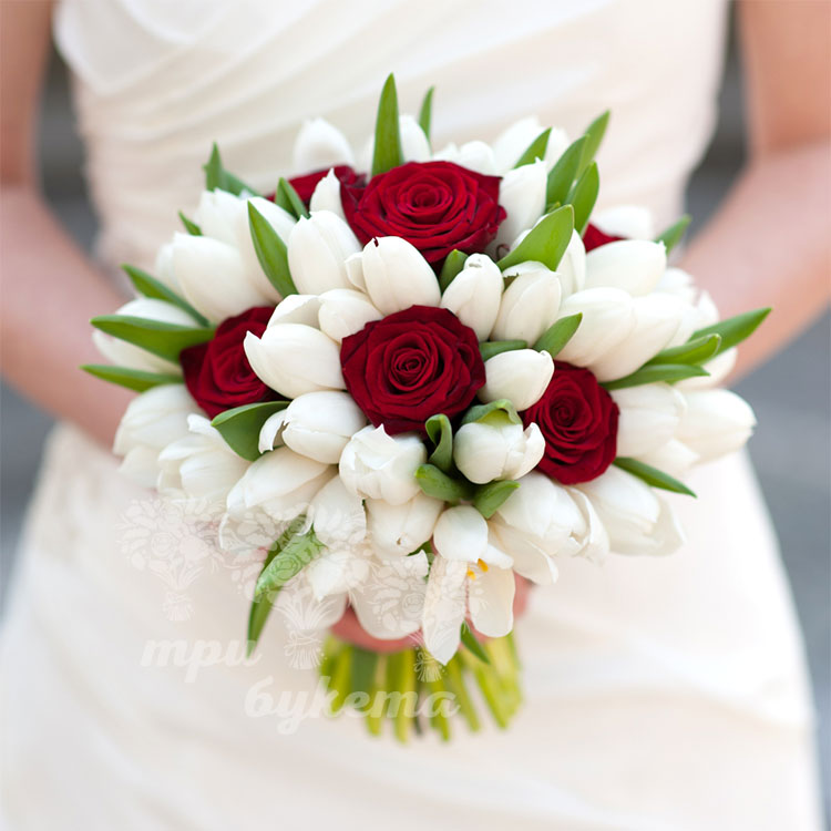 Букет невесты из белых тюльпанов и красных роз