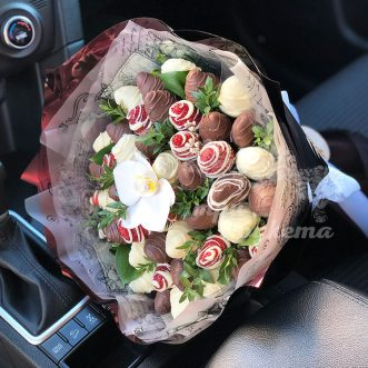 buket-iz-klubniki-i-orhidei-2